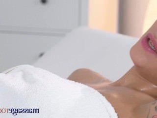 Дойки ком ебля раком с красивыми большими молодыми сиськами dojki com