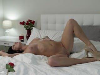 Дойки ком сисястая эротичная брюнетка в лесу dojki com